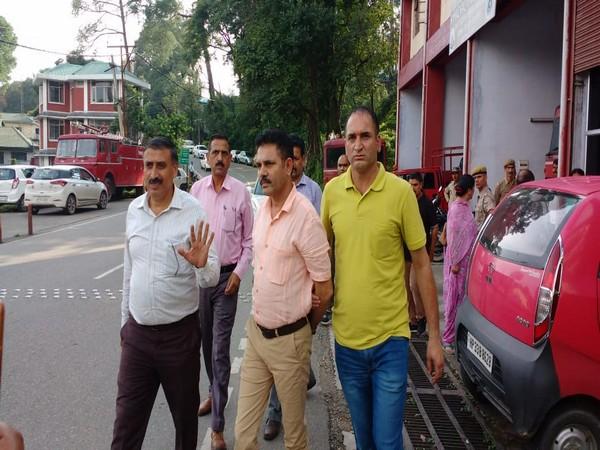 Junior engineer of Dharamshala Municipal Corporation (DMC) being arrested by Vigilance and Anti-Corruption Bureau on Thursday. Photo/ANI