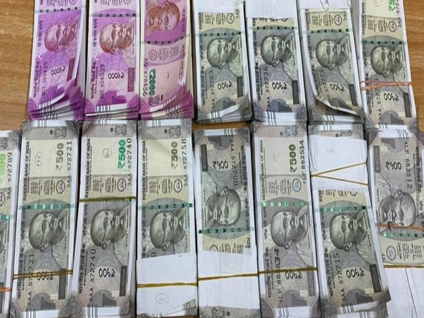 DRI seize Indian fake currency worth Rs 18.75 lakhs in Nagpur. Photo/ANI