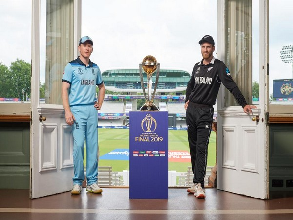 England captain Eoin Morgan and New Zealand captain Kane Williamson with the ICC Men's Cricket World Cup trophy (Photo/ICC Twitter)