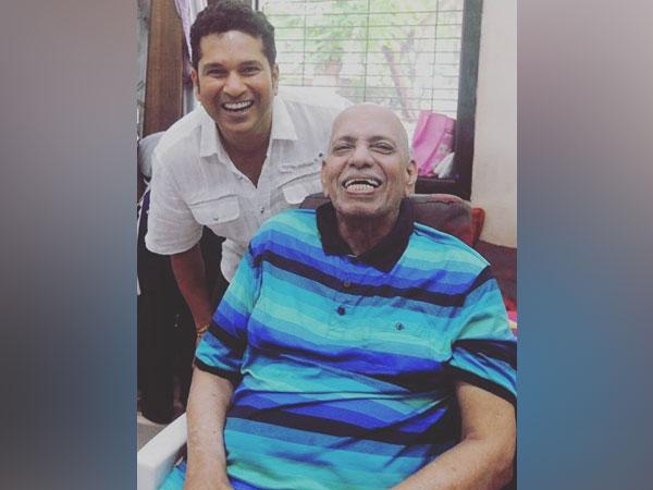 Sachin Tendulkar with his childhood coach Ramakant Achrekar (Photo/ Sachin Tendulkar Twitter)