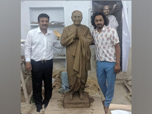 Govind Uttamchandani Chairman, Syska LED, Dada Vaswani's Statue and Prashant Pandey