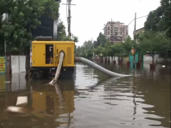 Patna floods: Municipal Corporation uses dewatering machines to carry out relief work [Photo/ANI]