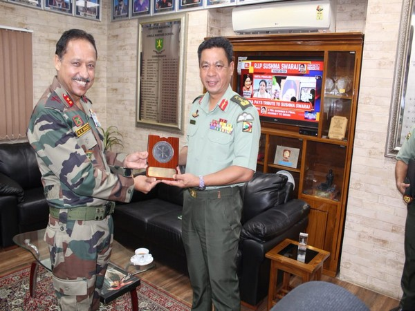 RBAF Commander with Major General M K Mago at the Counter Insurgency and Jungle Warfare (CIJW) School at Variengte on Wednesday. Photo/Twitter
