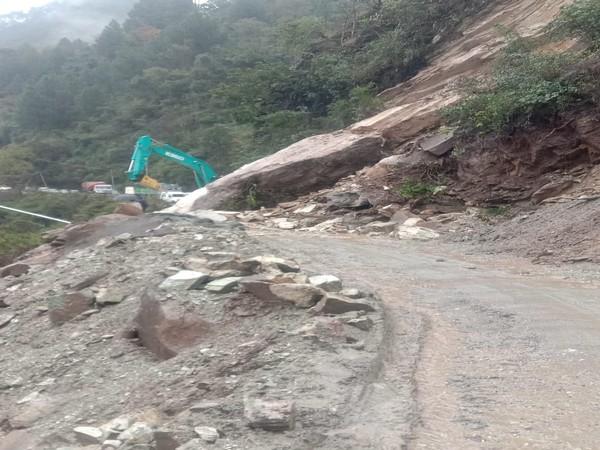 Landslide on Rishikesh-Badrinath National Highway on Wednesday Photo/ANI