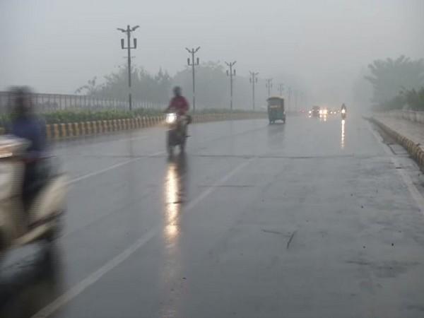 A thick blanket of smog engulfed Delhi on Sunday [Photo/ANI]