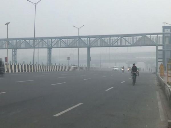 Smog engulfed Delhi on Friday as AQI crosses 400 mark. [Photo/ANI]
