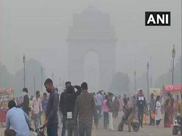 Haze around India Gate in Delhi on Monday. (Photo/ANI)