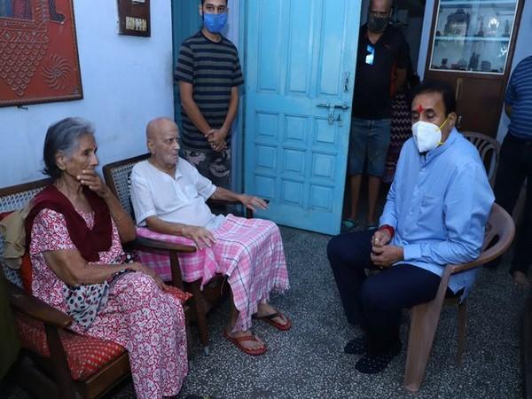 Maharashtra Home Minister Anil Deshmukh met late Captain DV Sathe's family members at their residence in Nagpur on Saturday. Photo/ANI