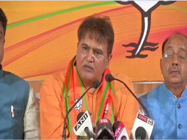 Devinder Sehrawat speaks to the media after joining BJP in Delhi. Delhi BJP President, Vijay Goel is seen on the right. Photo/ANI