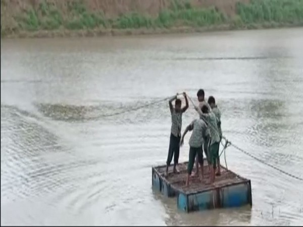 Students crossing the Shipra river in a makeshift boat in the Hirli village of Dewas in Madhya Pradesh. Photo/ANI