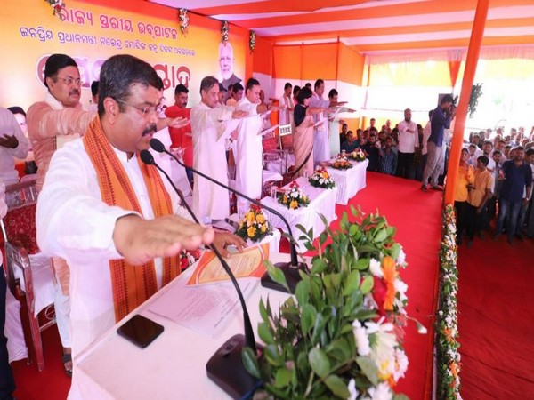 Dharmendra Pradhan taking oath to discard single-use plastic at the event on Friday in Bhubaneswar. Photo/ANI