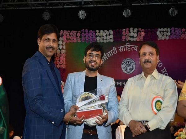 Raj Mahajan receiving the award at the ceremony
