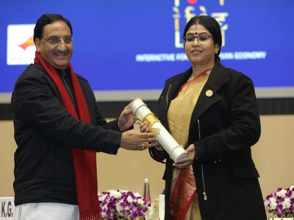 Dr Sohini Sastri accepting her award from Union HRD Minister, Dr Ramesh Pokhriyal