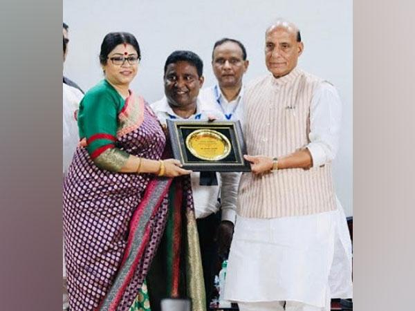 Dr Sohini Sastri receiving Award from Rajnath Singh