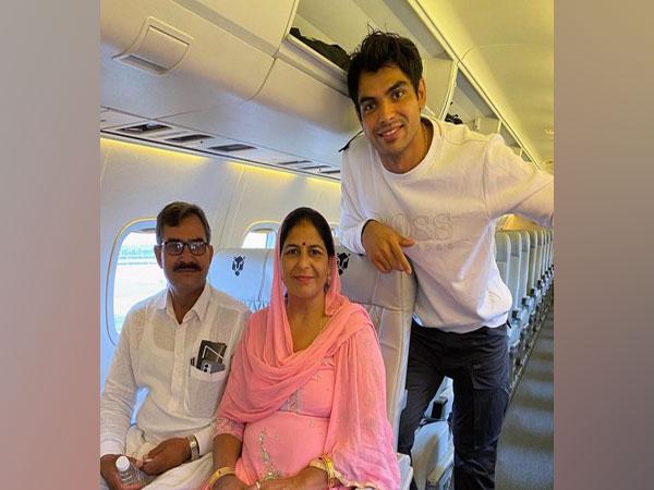 Neeraj Chopra with his parents (Photo/ Neeraj Chopra Twitter)