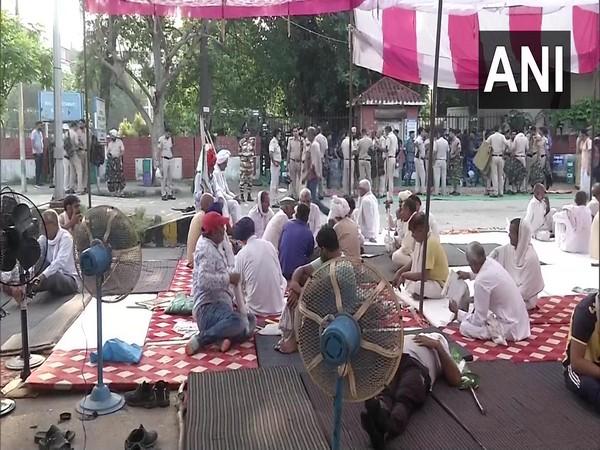 Farmers protesting outside Karnal mini secretariat (Photo/ANI)