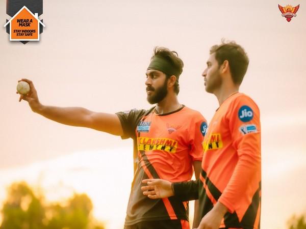 SunRisers Hyderabad all-rounder Vijay Shankar with Bhuvneshwar Kumar (Photo: SRH/Twitter)