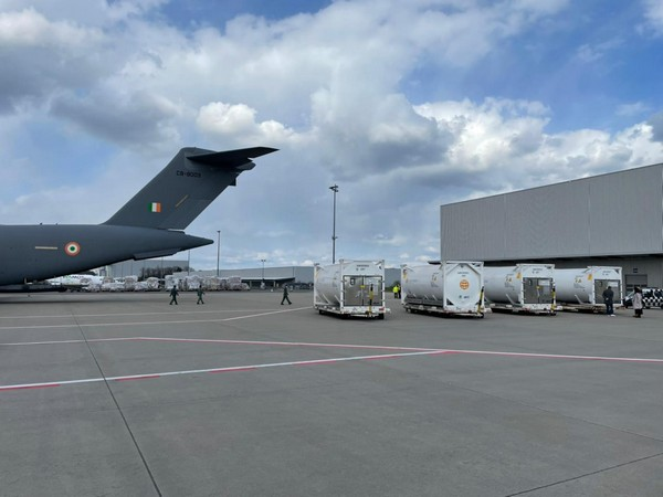 Indian Air Force C-17s are airlifting 4 cryogenic oxygen containers from Frankfurt .