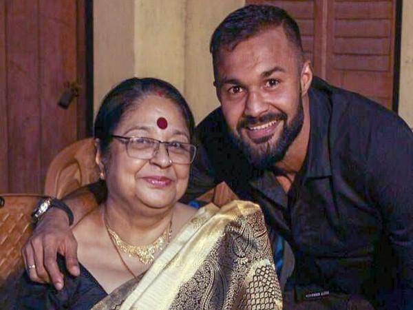 Goalkeeper Arindam Bhattacharya with his mother (Photo/Arindam Bhattacharya Twitter)