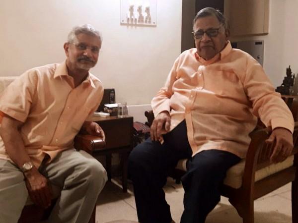 EAM S Jaishankar with former Indian diplomat Aravinda Deo (Source: S Jaishankar/Twitter)