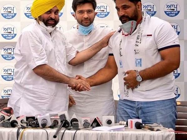 International Kabaddi player Gurlal Ghanaur joins Aam Aadmi Party (Photo/ AAP Punjab Twitter)