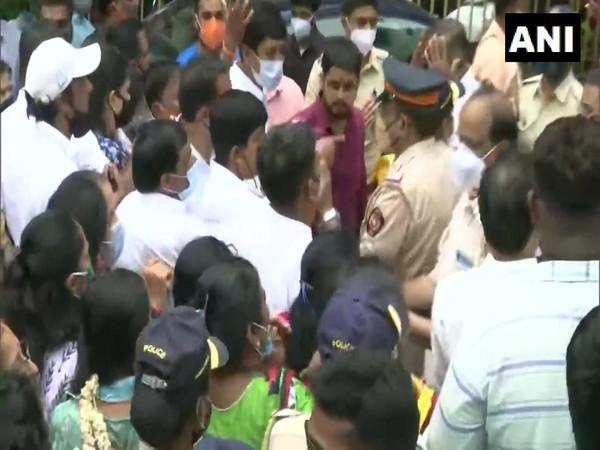 Visual of clash between Shiv Sena and BJYM outside Shiv Sena Bhawan (Photo/ANI)