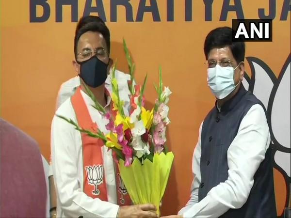 Jitin Prasada (L) and Union Railway Mintier Piyush Goyal (R) (Photo/ANI)