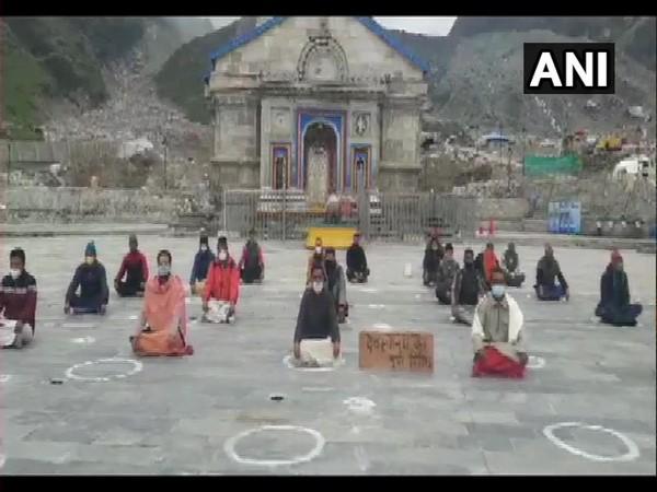 Priests of Kedarnath Teerth Purohit Samaj on silent protest in temple premises (Photo/ANI)