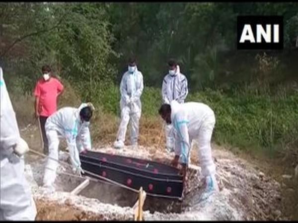 Tamil Nadu Muslim Munnetra Kazagham workers performing last rites of COVID patients