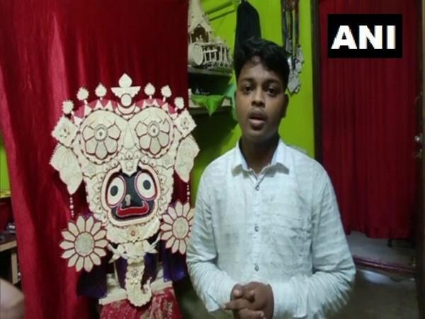 Biswajit Nayak with his miniature statue of Gajanana Besha of Lord Jagannath. (Photo/ANI)