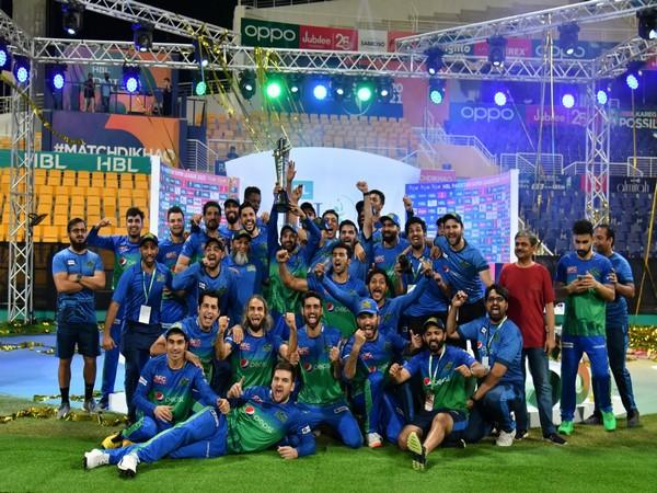 Multan Sultans palyers celebrating with PSL trophy (Photo: Twitter/Pakistan Super League)