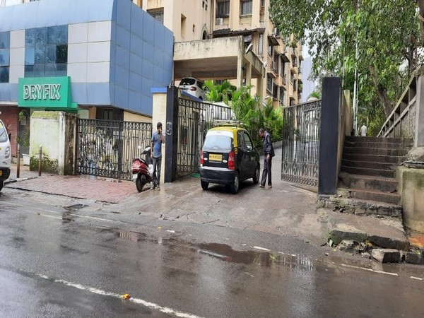 Visuals from outside Anil Deshmukh's residence.