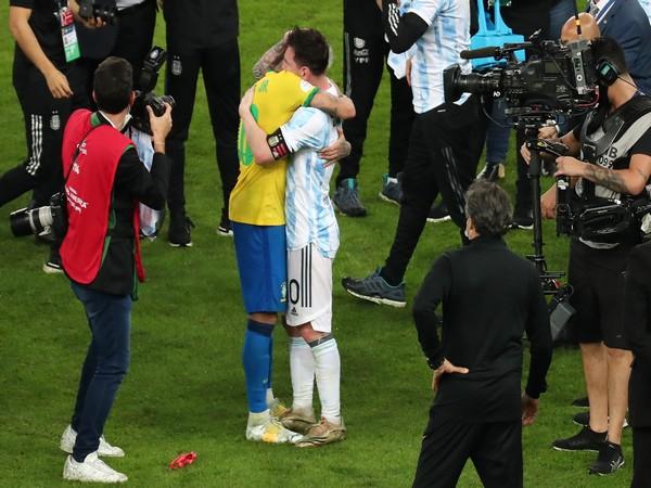 Neymar hugs Messi after Argentina win (Photo/ Copa America Twitter)