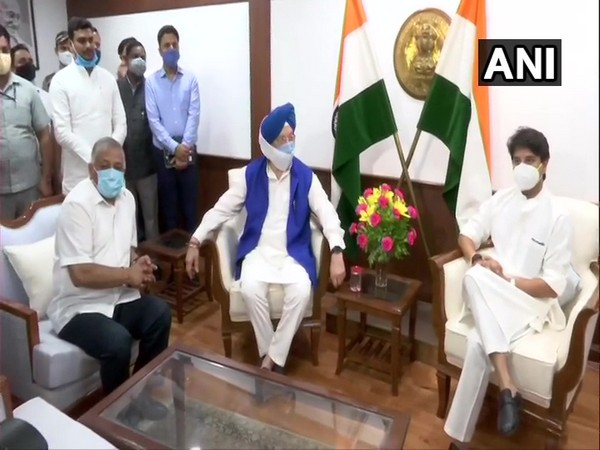 Jyotiraditya Scindia assumes charge as Civil Aviation Minister in presence of former Aviation Minister Hardeep Singh Puri