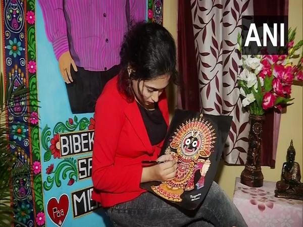 Bengaluru-based software developer Priyanka Sahani painting. (Photo/ANI)