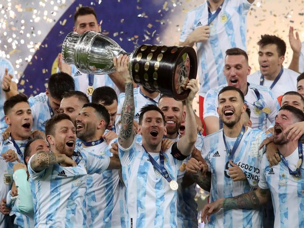 Lionel Messi and Argentina with Copa America trophy (Photo: Twitter/Copa America)