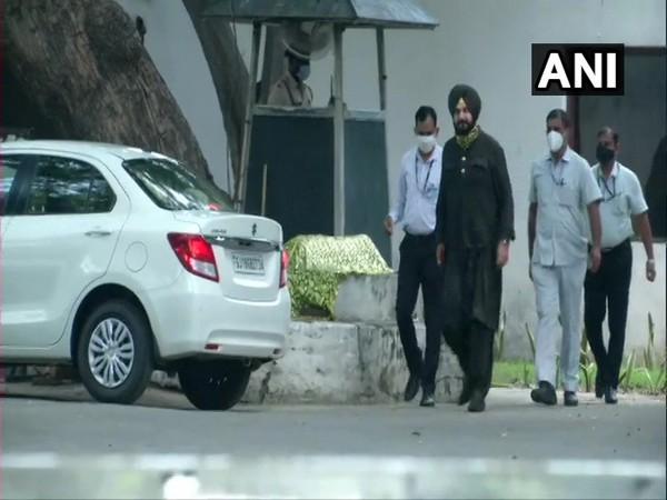 Congress leader Navjot Singh Sidhu arrives at 10, Janpath, to meet party's interim president Sonia Gandhi