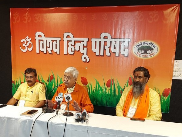 Working President of Vishva Hindu Parishad, Alok Kumar (centre) (Photo/ANI)