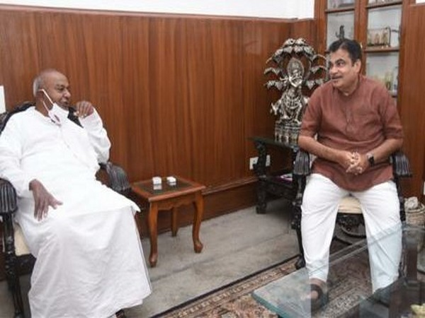 H D Devegowda with Union Minister Nitin Gadkari (Photo/Twitter)