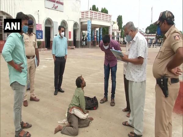 Officials conducting survey of beggars in Kalaburagi (Photo/ANI)