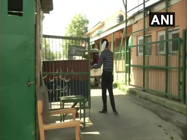 Visual of CBI raid at government quarters in Tulsi Bagh area of Srinagar (Photo/ANI)