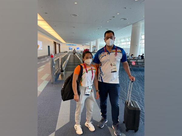 Mirabai Chanu with her coach (Photo/ Mirabai Chanu Twitter)