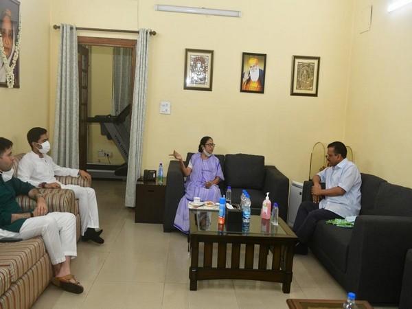 Arvind Kejriwal in a meeting with Mamata Banerjee