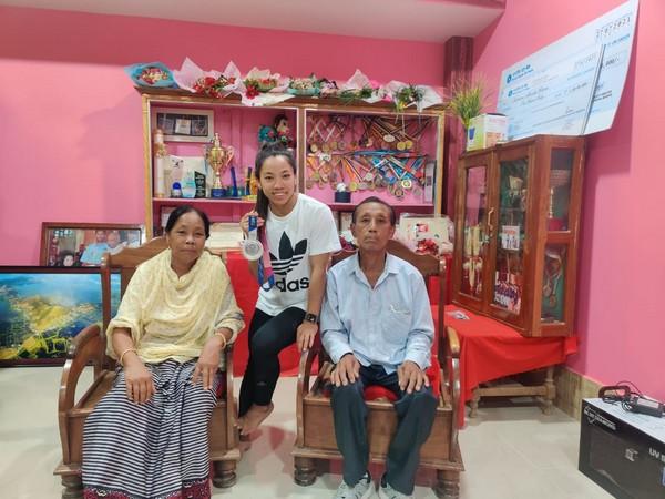 Mirabai Chanu with her family (Photo/ Mirabai Chanu Twitter)