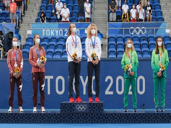 Barbora Krejcikova and Katerina Siniakova on top of Tokyo 2020 podium (Photo: Twitter/Australian Open)