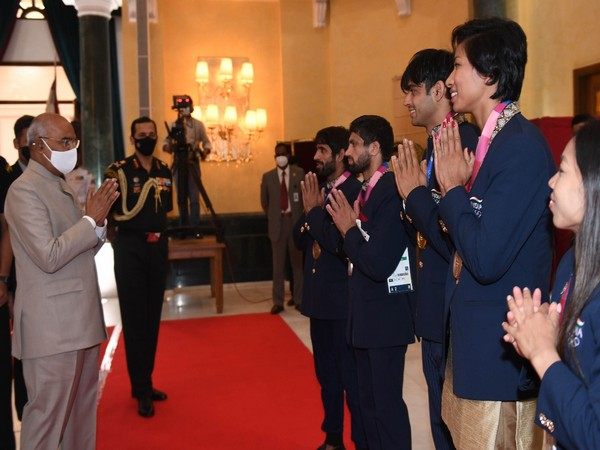 President Ram Nath Kovind meeting Indian athletes (Photo: Twitter/President of India)