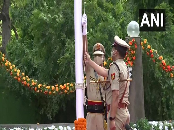 Delhi Police Commissioner hoists tricolour at police headquarters on Independence Day  (photo/ANI)