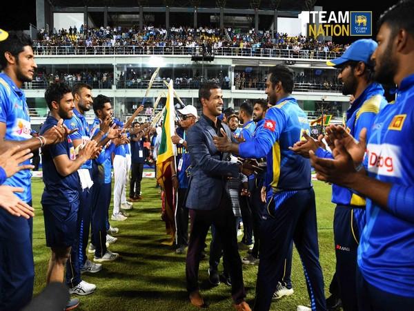 Nuwan Kulasekara meeting Sri Lankan team (Photo/ Sri Lanka Cricket Twitter)