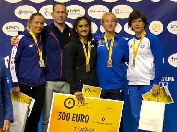 Wrestler Vinesh Phogat (centre) after winning gold at Poland Open (Photo/Vinesh Phogat Twitter)