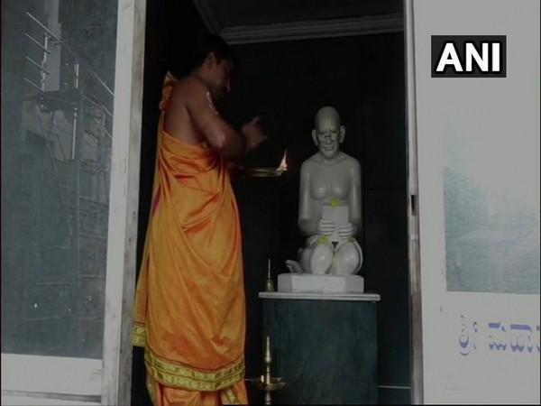 Temple priest offering prayers to the idol of Mahatma Gandhi. Photo/ANI